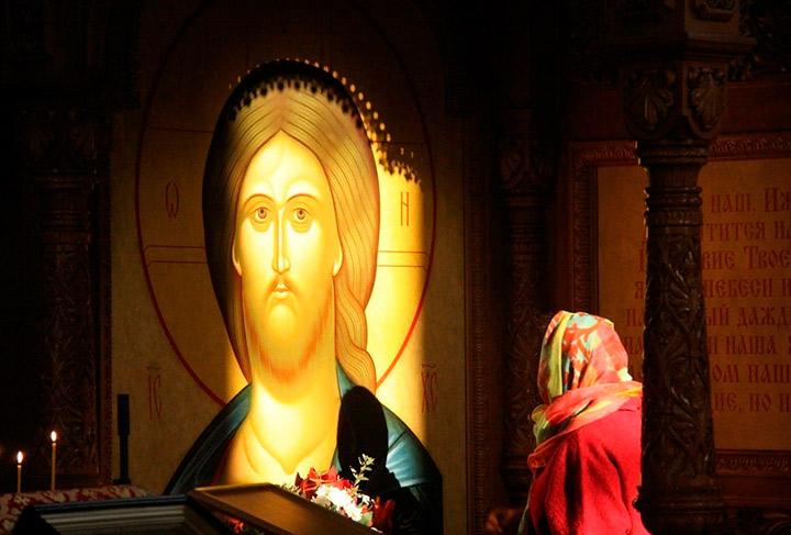 Молится у иконы Иисуса Христоса